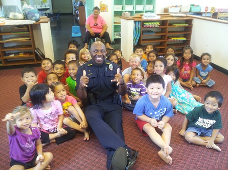 photo of officer with pre-schoolers